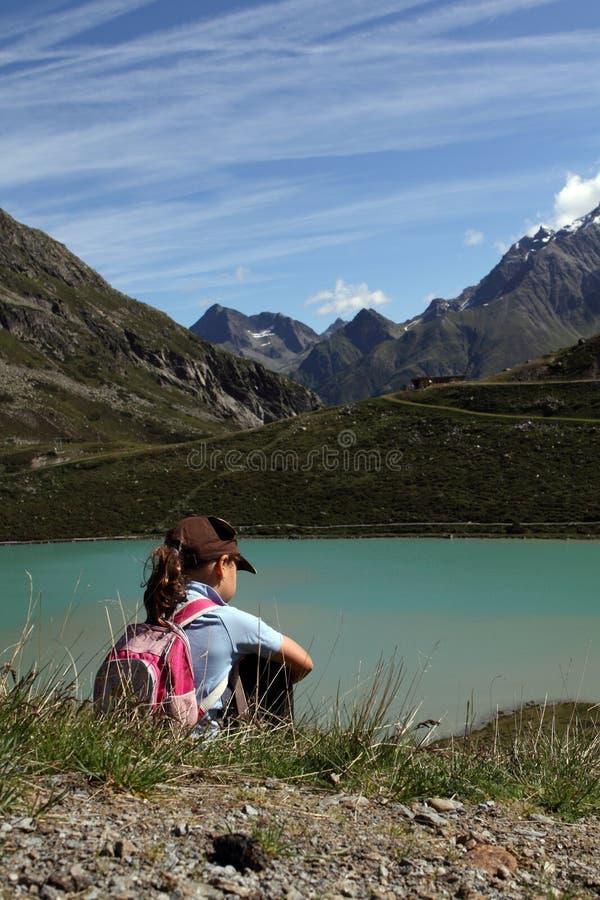 Facendo un'escursione il bambino nelle alpi avvicini al lago immagini stock libere da diritti