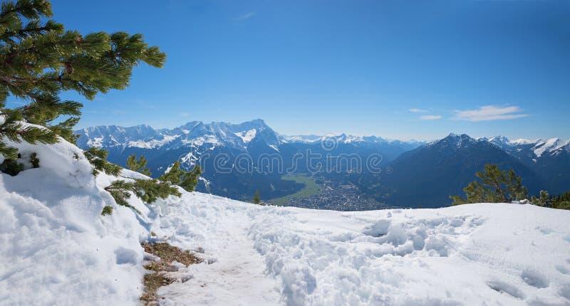 Facendo un'escursione l'area wank la montagna a primavera in anticipo con neve di fusione fotografie stock libere da diritti