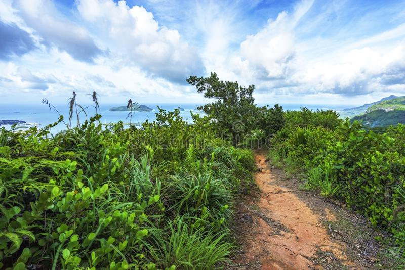 Facendo un'escursione la traccia di copolia, il granito oscilla nella giungla su mahé, s immagine stock