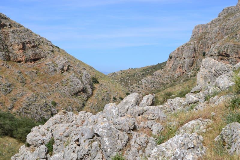 Facendo un'escursione la traccia di Gesù - bella vista del Mt Arbel in campagna della Galilea, mare della Galilea, Israele immagine stock