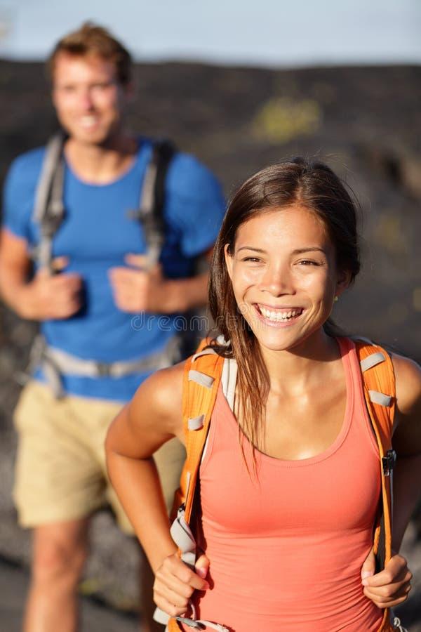 Facendo un'escursione le coppie - viandante asiatica della donna che cammina sulla lava immagini stock