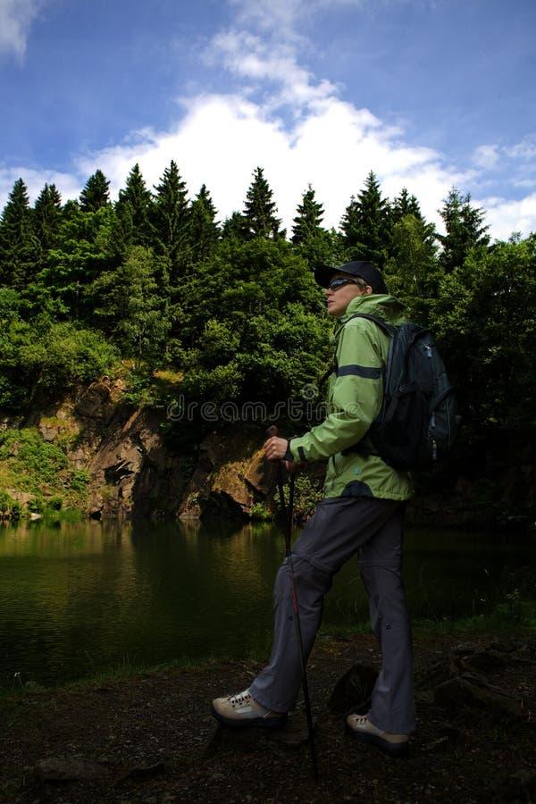 Download Facendo Un'escursione Nel Lago Immagine Stock - Immagine di adulti, foresta: 7303659