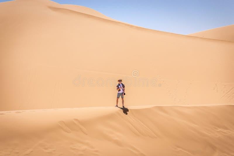 Facendo un'escursione nel Sahara fotografia stock