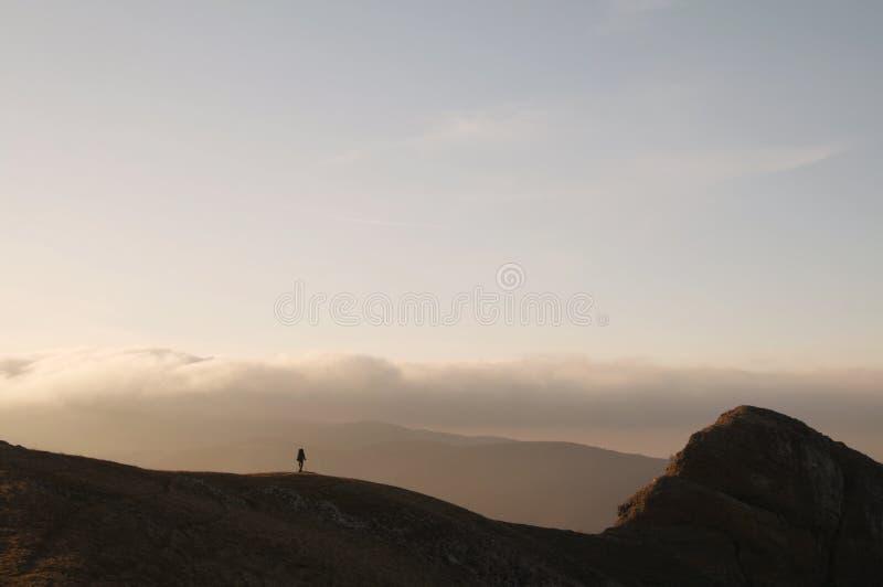Facendo un'escursione nel tramonto fotografie stock libere da diritti