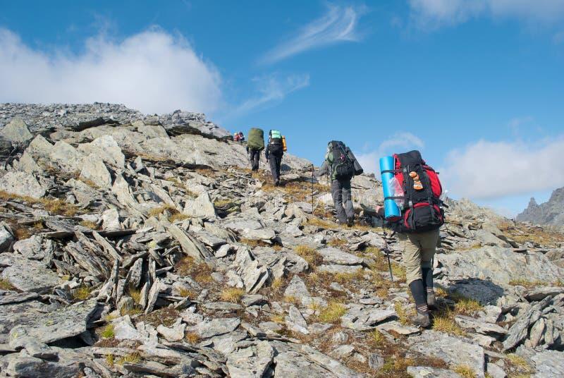 Facendo un'escursione nelle montagne immagini stock