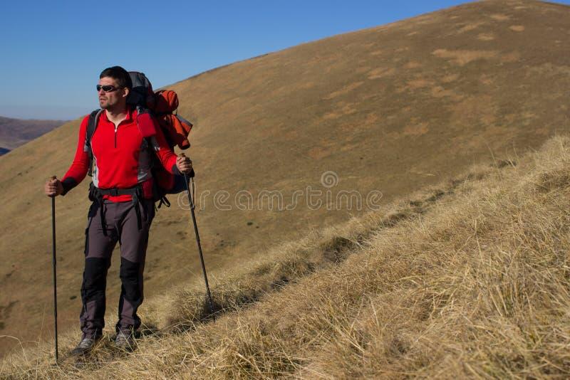 Facendo un'escursione nelle montagne immagine stock