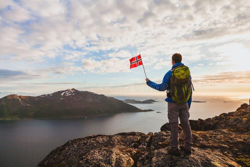 Facendo un'escursione in Norvegia, siluetta della viandante che esamina il bello paesaggio del fiordo fotografia stock libera da diritti