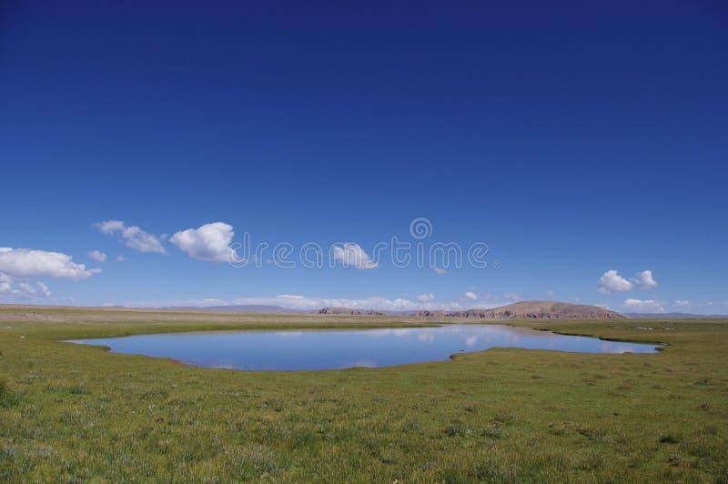 Facendo un'escursione oltre il lago Namtso fotografie stock