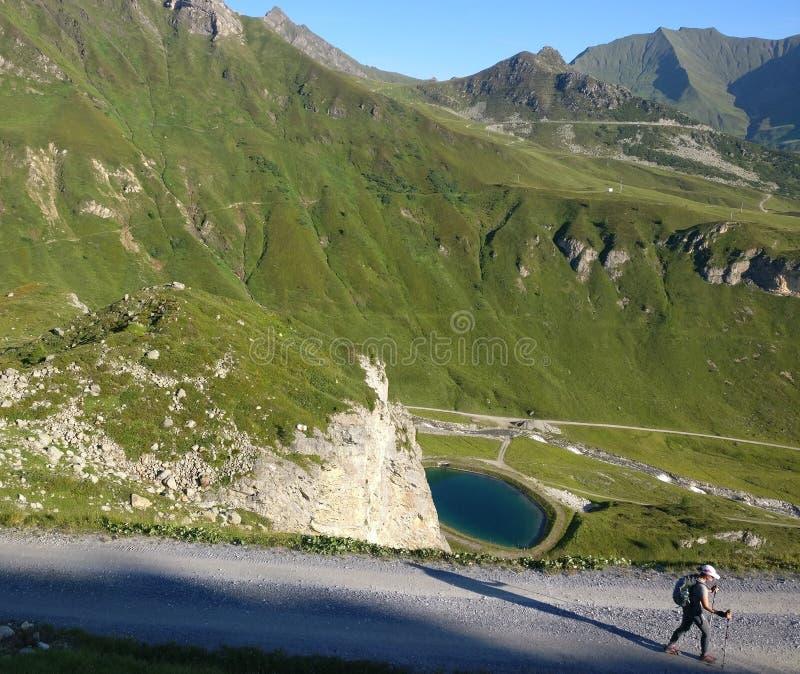 Facendo un'escursione ragazza che cammina un percorso nelle montagne con un'ombra lunga immagini stock libere da diritti