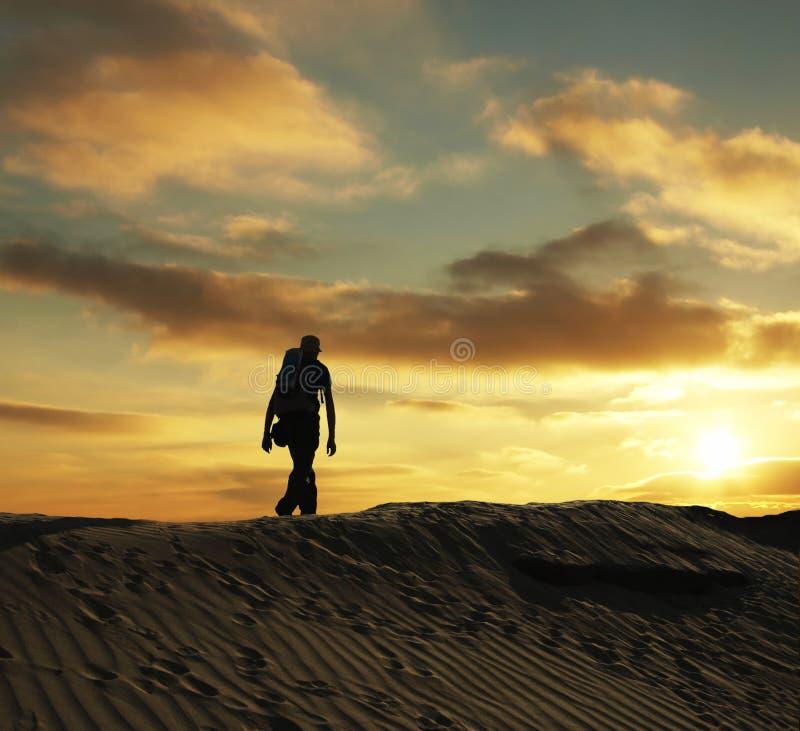 Facendo un'escursione sul tramonto fotografia stock libera da diritti