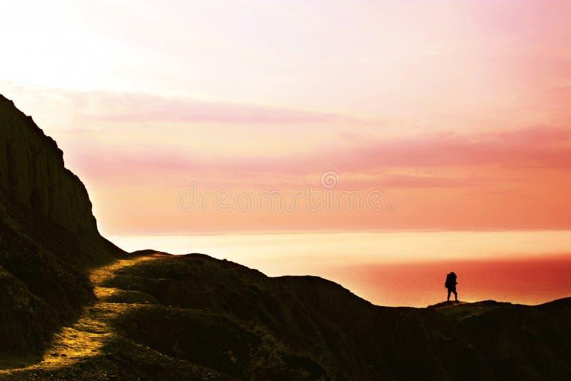 Facendo un'escursione sul tramonto immagine stock