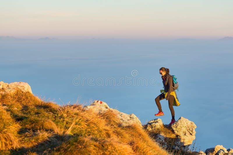Facendo un'escursione sulla cresta della montagna nel mare delle nuvole immagine stock libera da diritti