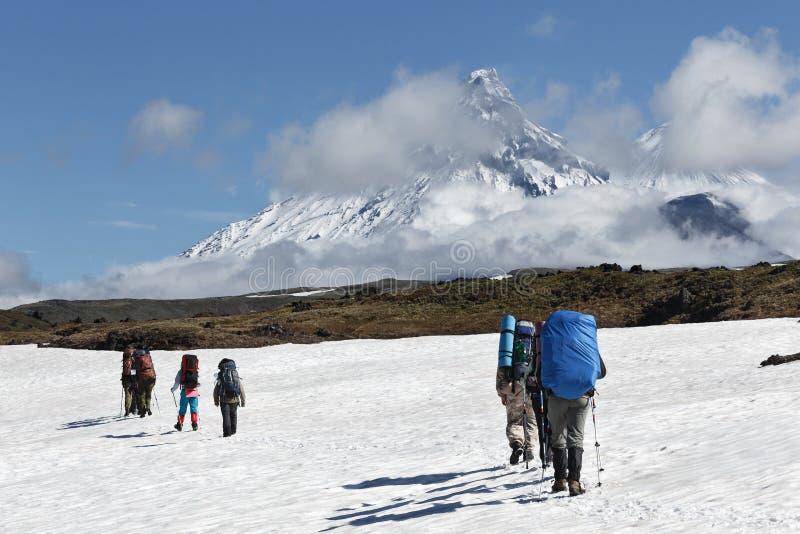 Facendo un'escursione sulla penisola di Kamchatka (Russia, Estremo Oriente) fotografia stock libera da diritti