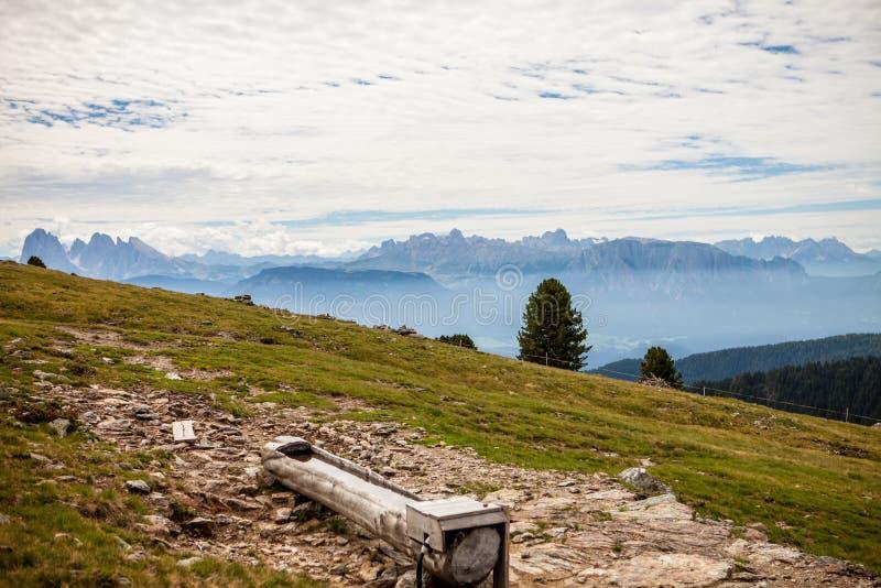 Facendo un'escursione sulle alpi con la grande vista sulle dolomia fotografia stock