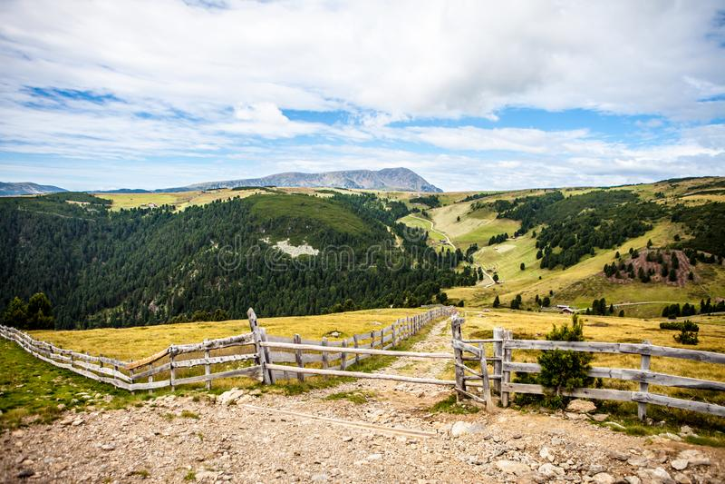 Facendo un'escursione sulle alpi su un piccolo percorso immagini stock