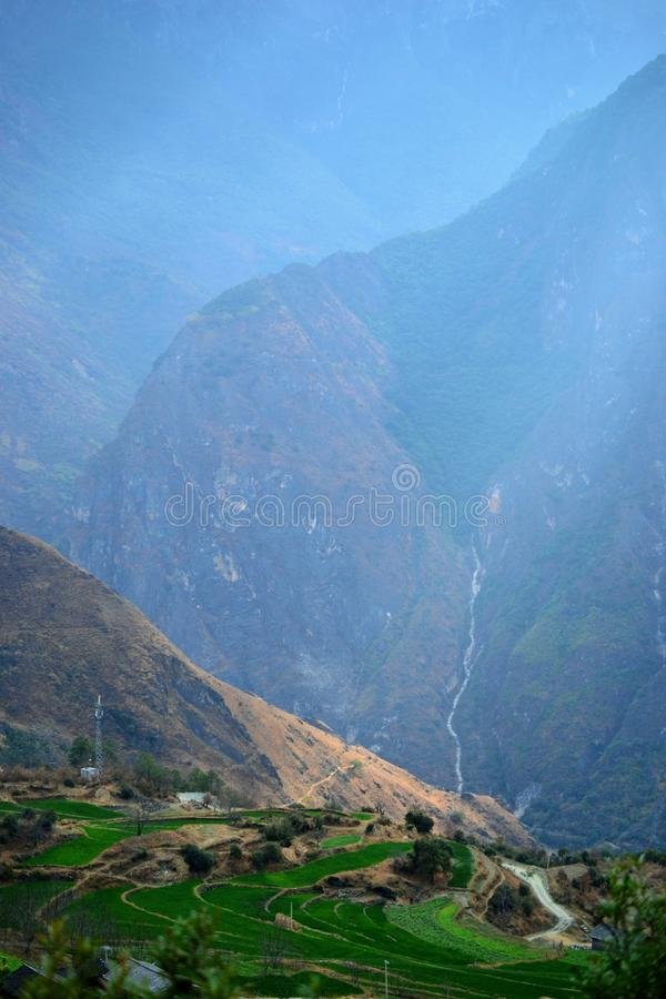 Facendo un'escursione in Tiger Leaping Gorge Montagne e fiume Fra Xianggelila e Lijiang, provincia di Yunnan, Tibet, Cina fotografia stock libera da diritti