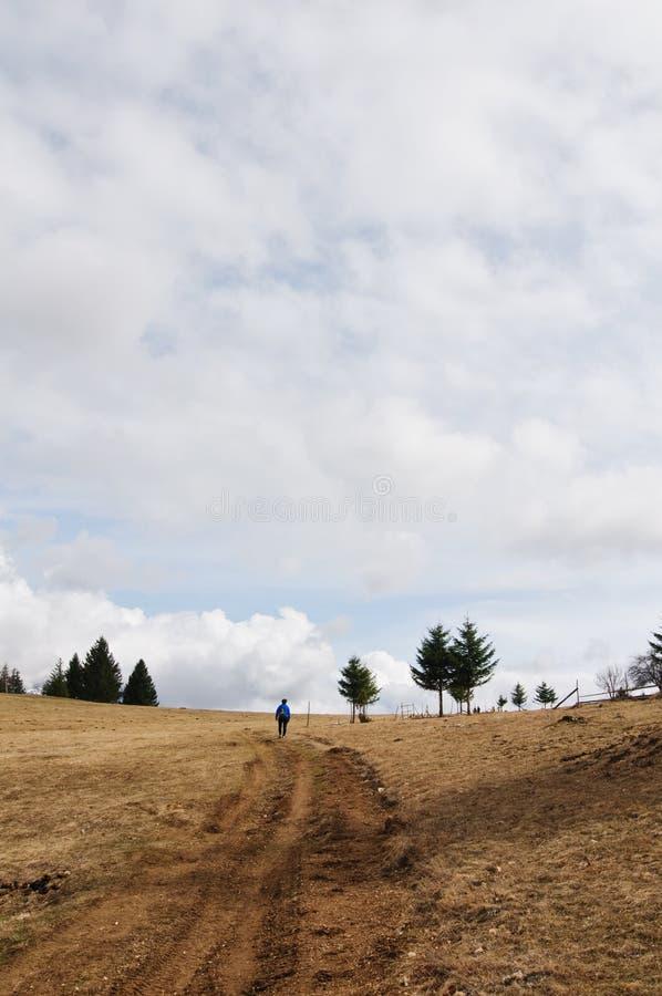 Facendo un'escursione un giorno nuvoloso fotografia stock libera da diritti