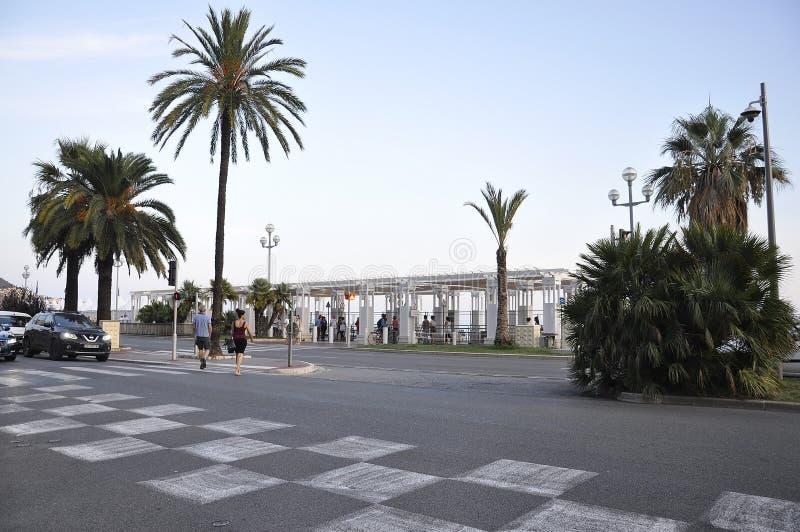 Facendo un giro turistico anche dal boulevard di Promenade des Anglais in Metropola Nizza immagini stock