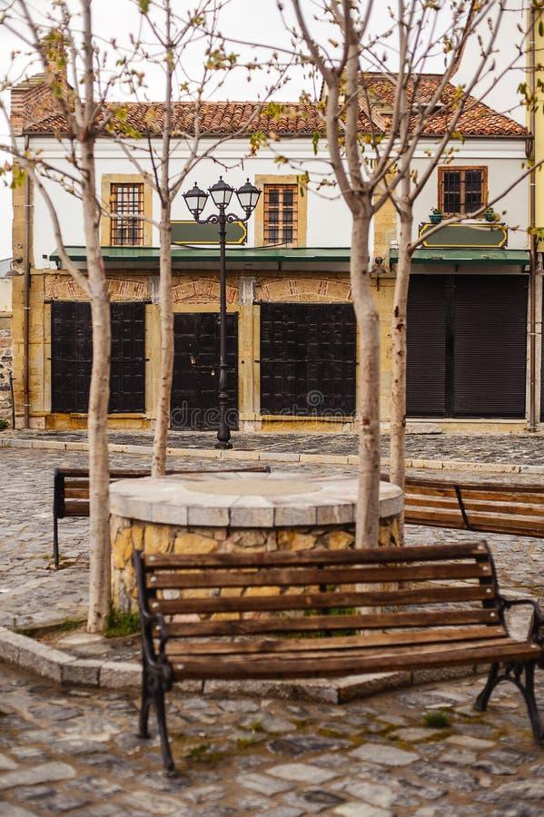 Facendo un giro turistico in Korca, l'Albania, vecchio bazar dell'ottomano fotografia stock