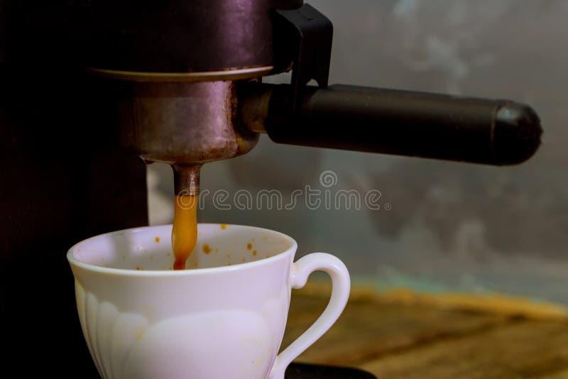 Facendo una tazza di caffè lavorare caffè espresso a macchina Processo della preparazione di caffè fotografia stock libera da diritti