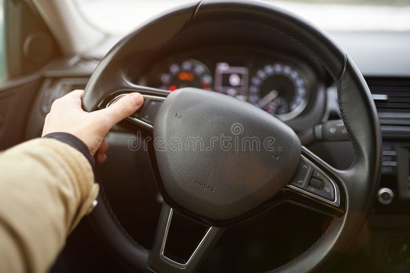 Facendo uso dei bottoni sulla ruota di automobile immagine stock libera da diritti