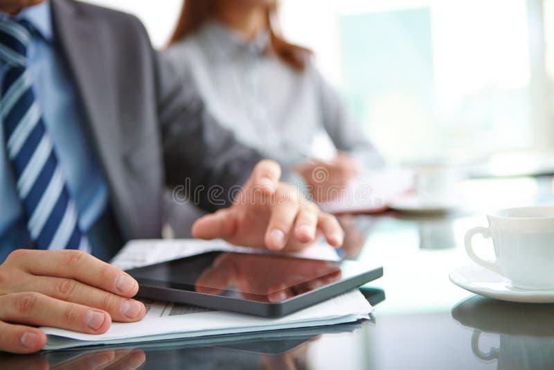 Facendo uso del touchpad immagine stock libera da diritti