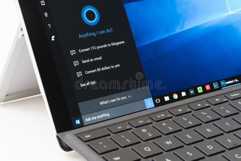 Facendo uso di Cortana su pro 4 di superficie immagini stock libere da diritti