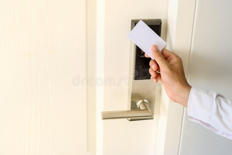 Facendo uso di Keycard per aprire la porta o per esplorare la porta aperta di Keycard per il cha immagini stock