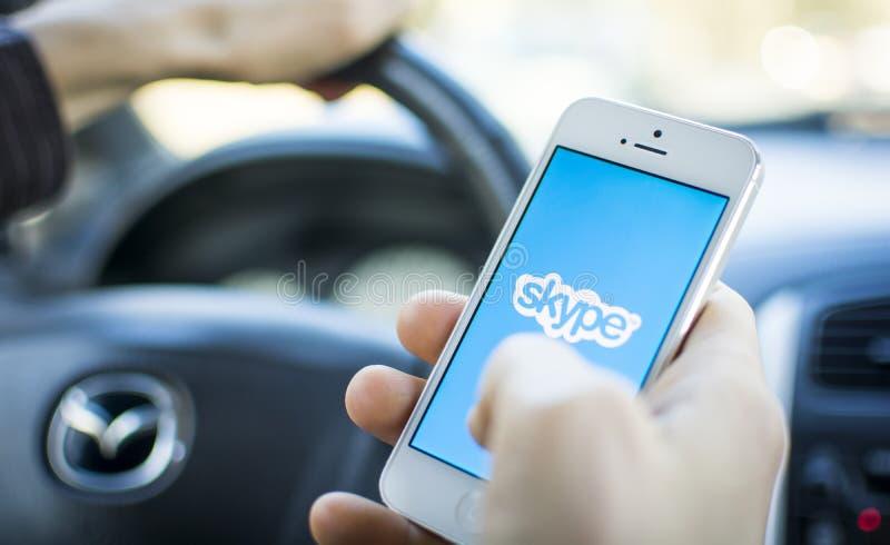 Facendo uso di Skype nell'automobile sul iphone fotografia stock