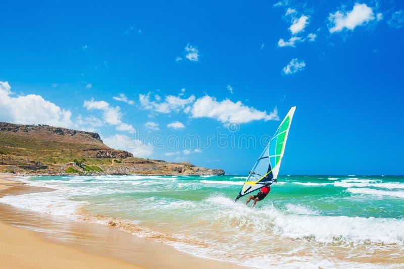 Facendo windsurf sulla costa di mare fotografie stock libere da diritti