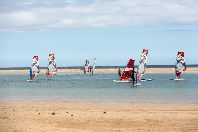 Facendo windsurf sulla spiaggia di Costa Calma Fuerteventura fotografie stock