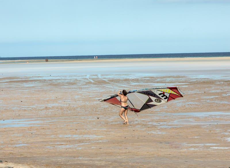 Facendo windsurf sulla spiaggia di Costa Calma Fuerteventura immagine stock libera da diritti