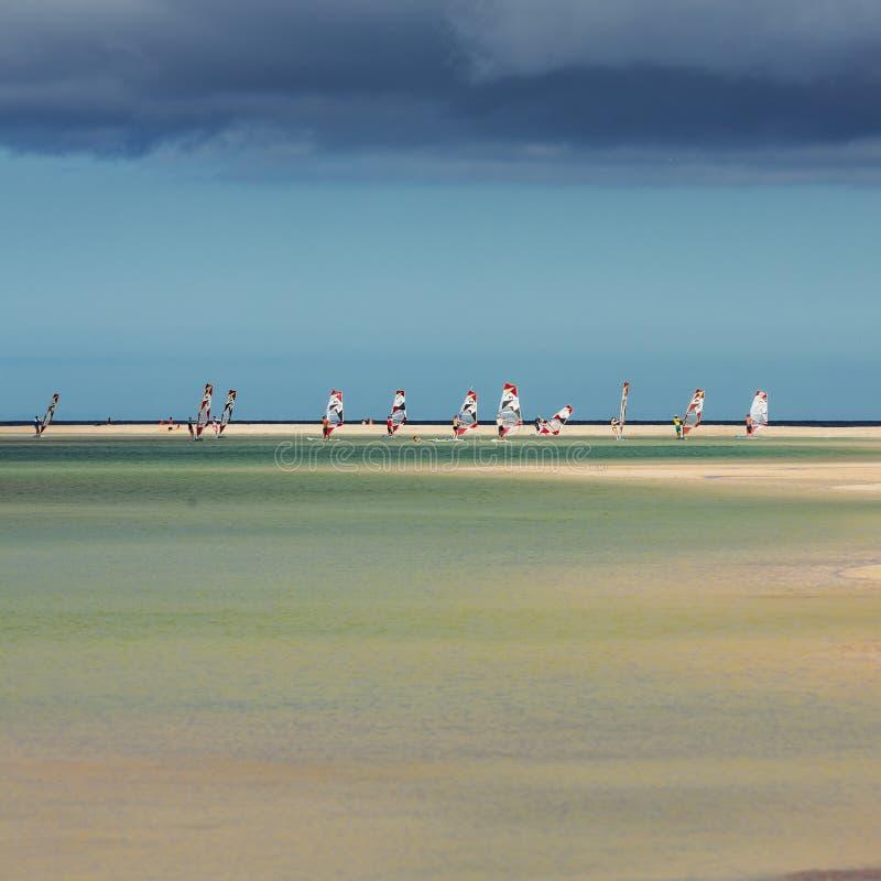 Facendo windsurf sulla spiaggia di Costa Calma Fuerteventura fotografia stock
