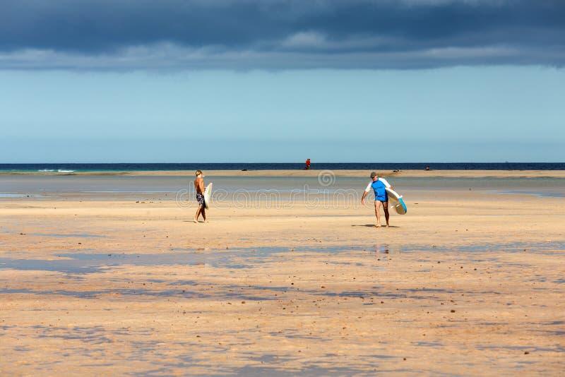 Facendo windsurf sulla spiaggia di Costa Calma Fuerteventura fotografia stock libera da diritti