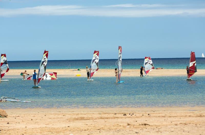 Facendo windsurf sulla spiaggia di Costa Calma Fuerteventura, Isole Canarie fotografia stock libera da diritti