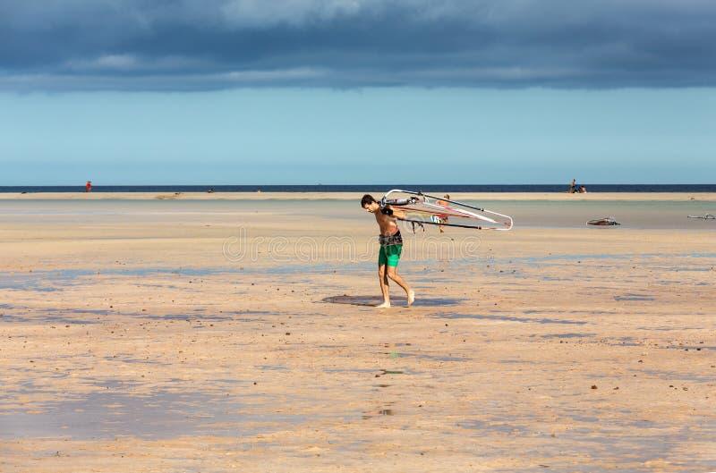 Facendo windsurf sulla spiaggia di Costa Calma Fuerteventura, Isole Canarie fotografia stock
