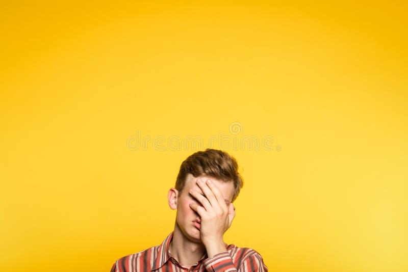 Facepalm羞愧的窘迫的人盖子面孔手 免版税图库摄影