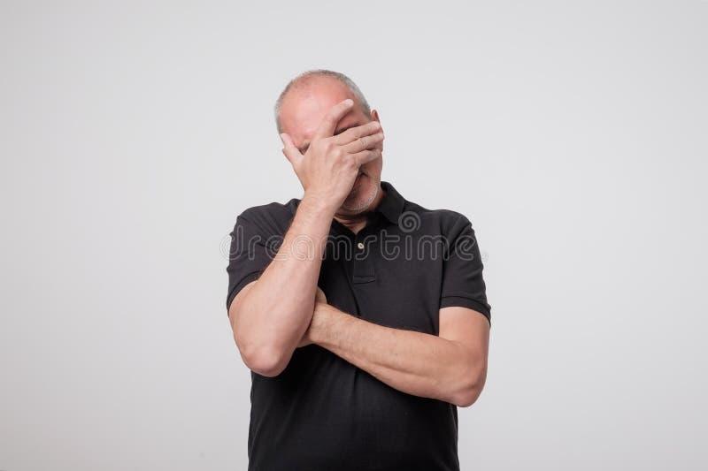 Facepalm Портрет разочарованный зрелый человек стоковые изображения