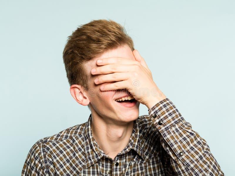 Facepalm mężczyzna pokrywy twarzy szczęśliwy uśmiechnięty radosny wstyd fotografia stock