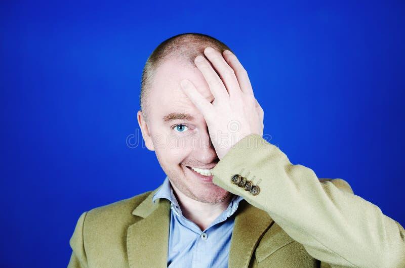 Facepalm Olhar do homem alegre de sorriso feliz que que cobre sua cara conceito da vergonha e do embara?o Retrato de um jovem imagens de stock royalty free