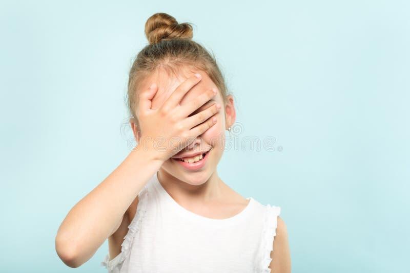 Facepalm wstydu zawstydzenia dziewczyny pokrywy twarz obraz stock