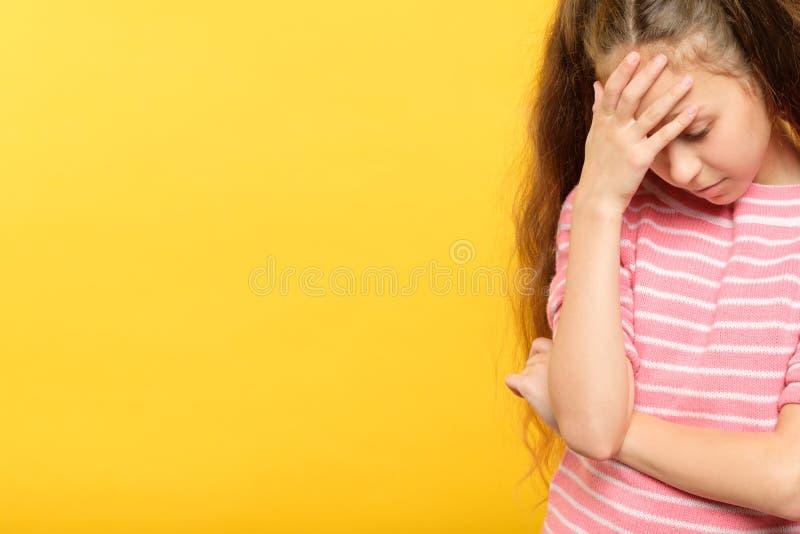 Facepalm zawstydzenia dziewczyny pokrywy zawstydzony czoło obrazy royalty free