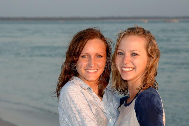 Faces adolescentes consideravelmente de sorriso na praia fotos de stock royalty free
