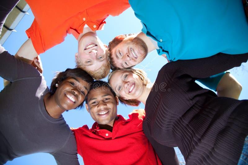 Faces de estudantes universitários Multi-racial de sorriso fotografia de stock