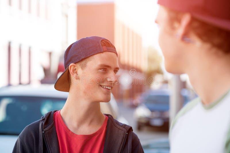 Facetów deskorolkarze w ulicie zdjęcia stock