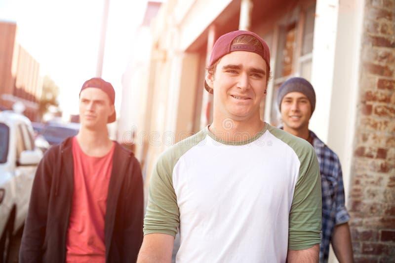 Facetów deskorolkarze w ulicie zdjęcie royalty free