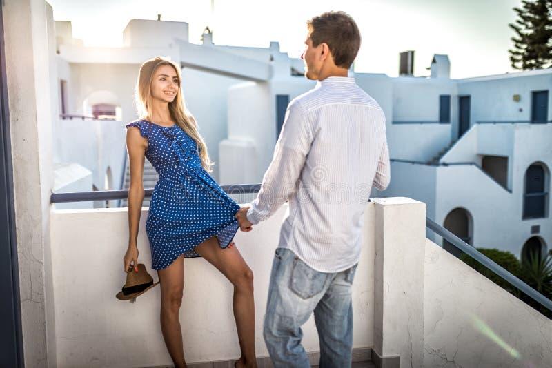 Facetów flirty i stawiać ruchy na atrakcyjnym dziewczyny lecie plenerowy Greece obrazy stock