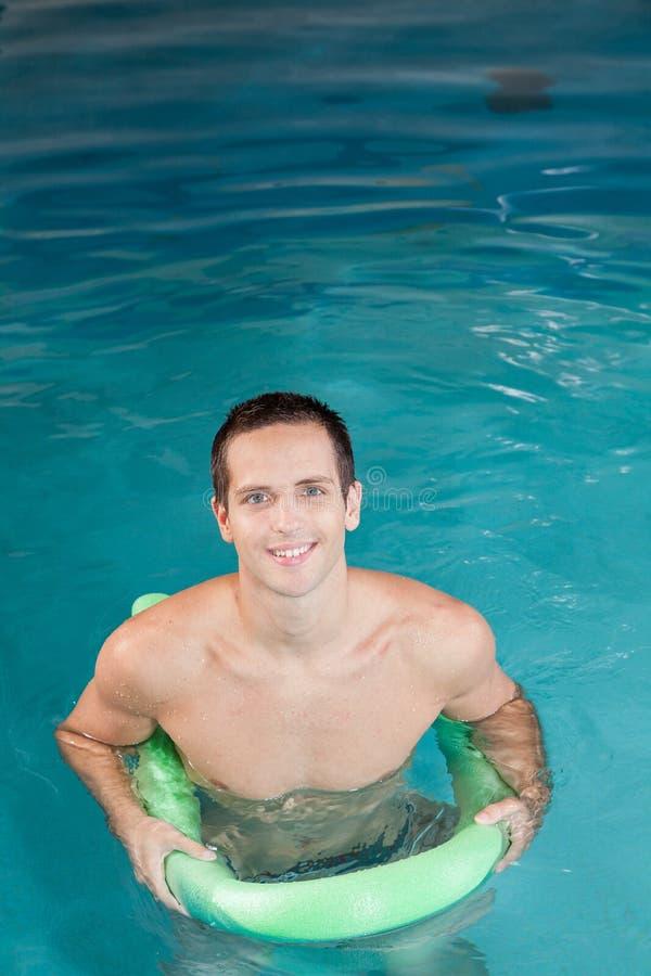 Facet bawić się wśrodku basenu zdjęcie stock