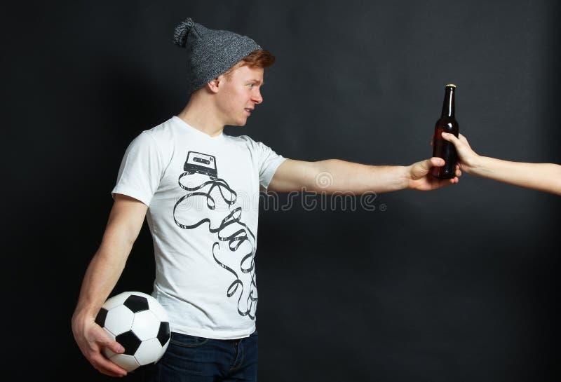 Facet bierze piwną butelkę zdjęcia royalty free