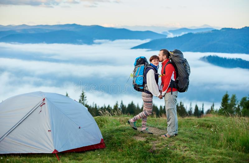 Facet całuje dziewczyny na zamazanym tle góry w ranku fotografia stock